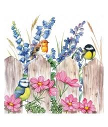 Serwetka do decoupage z motywem ptaszków siedzących na płocie, przy którym rosną kwiaty